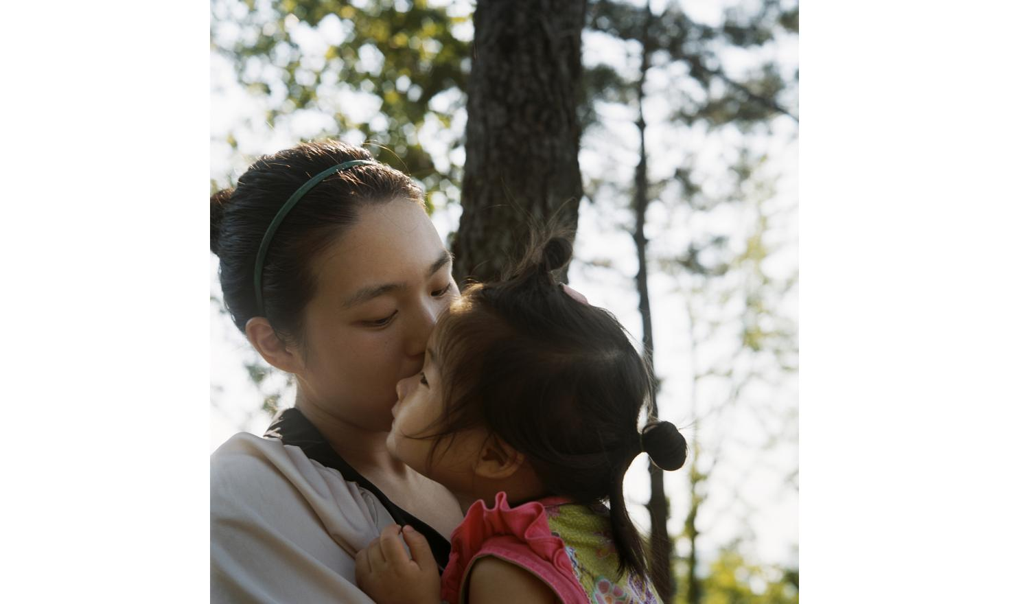 « My parents wanted me to get an abortion. For me, it was just impossible ».Seoul, 3rd of July 2013. Yunmin Lee, 25 years old and her daughter Enoch, born in 2011. Â« I was already pregnant when i left my boy friend. I was not in love for him