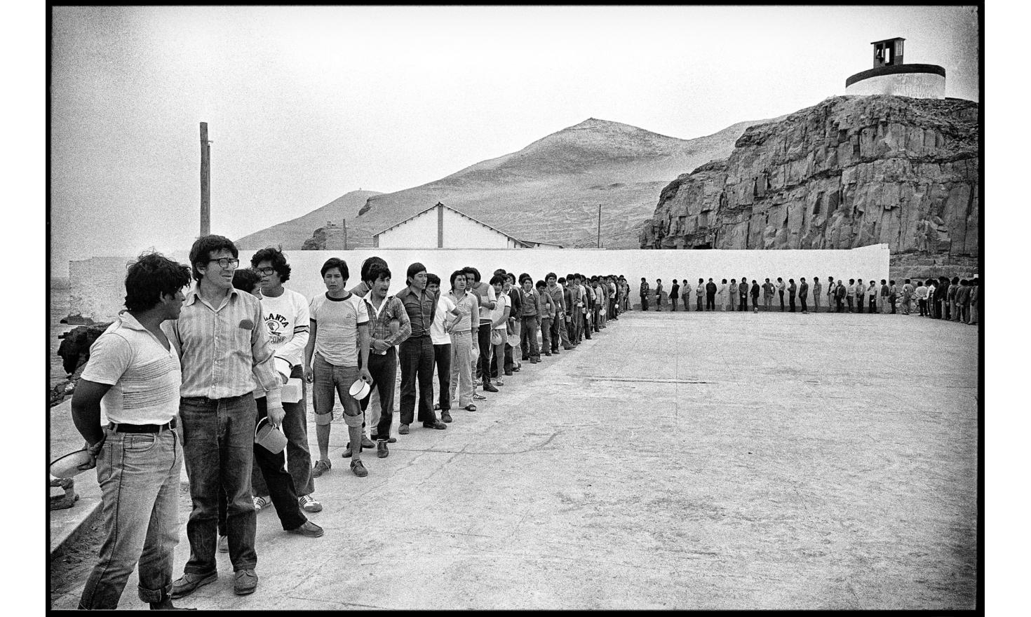 """The prisonners of the """"Shining Path"""" maoist gueriila queue for food . Island prison of El Fronton, off Lima. Peru. October 16, 1982"""