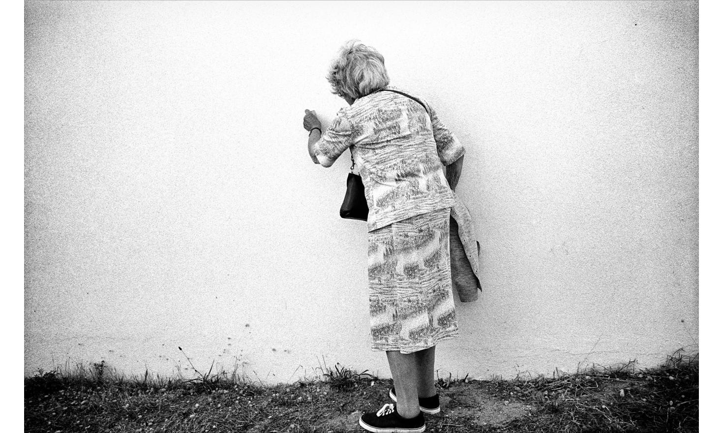 The wall of the house was covered up with small snails. My mother started to pick them up. She did that for quite a long time. It was strange. Batz,august 2000.