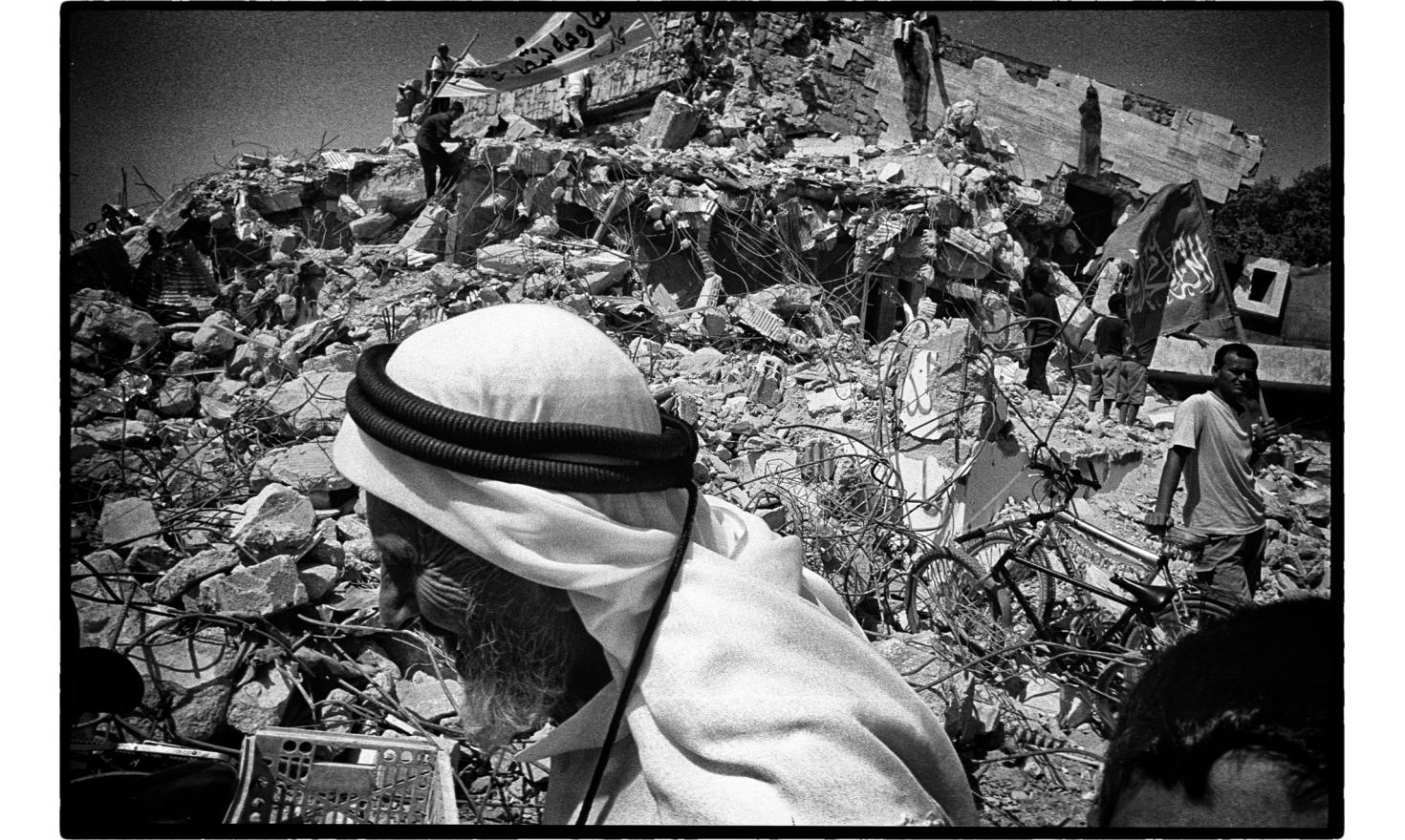 After the departure of the Israeli from Gaza, The Hamas is moving inside the former settlement of kfar Darom. Gaza, september 2005.