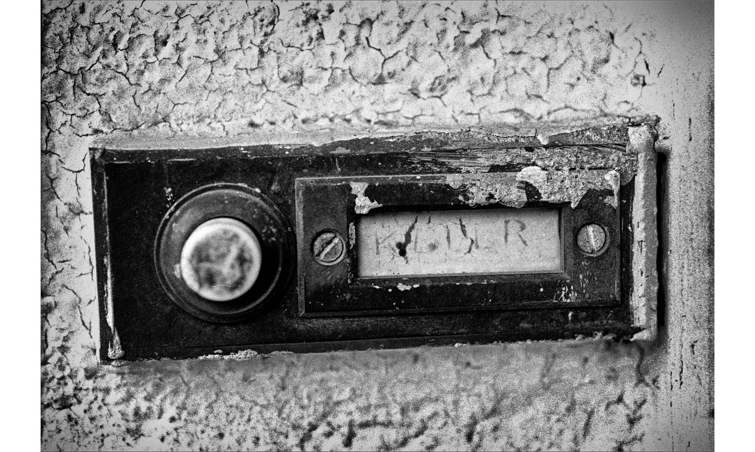 The doorbell of the house of igny, the same since they moved in 1964. Igny, May 2003.