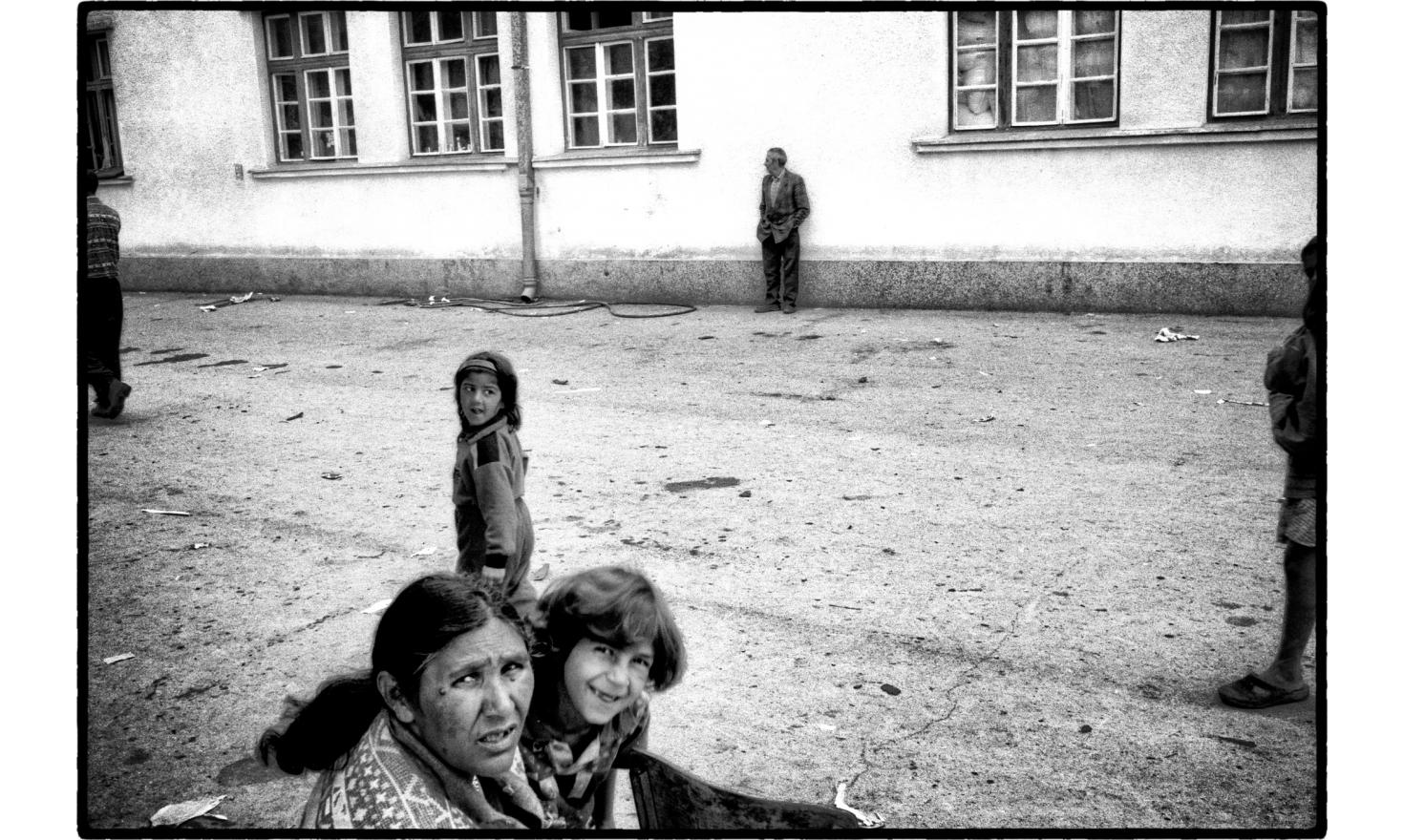 Accused by the Albanian of Kosovo of collaborating with the serbs, gypsies are protected by the british army. Gypsies refugee camp. Kosovo Polje, july 11,1999