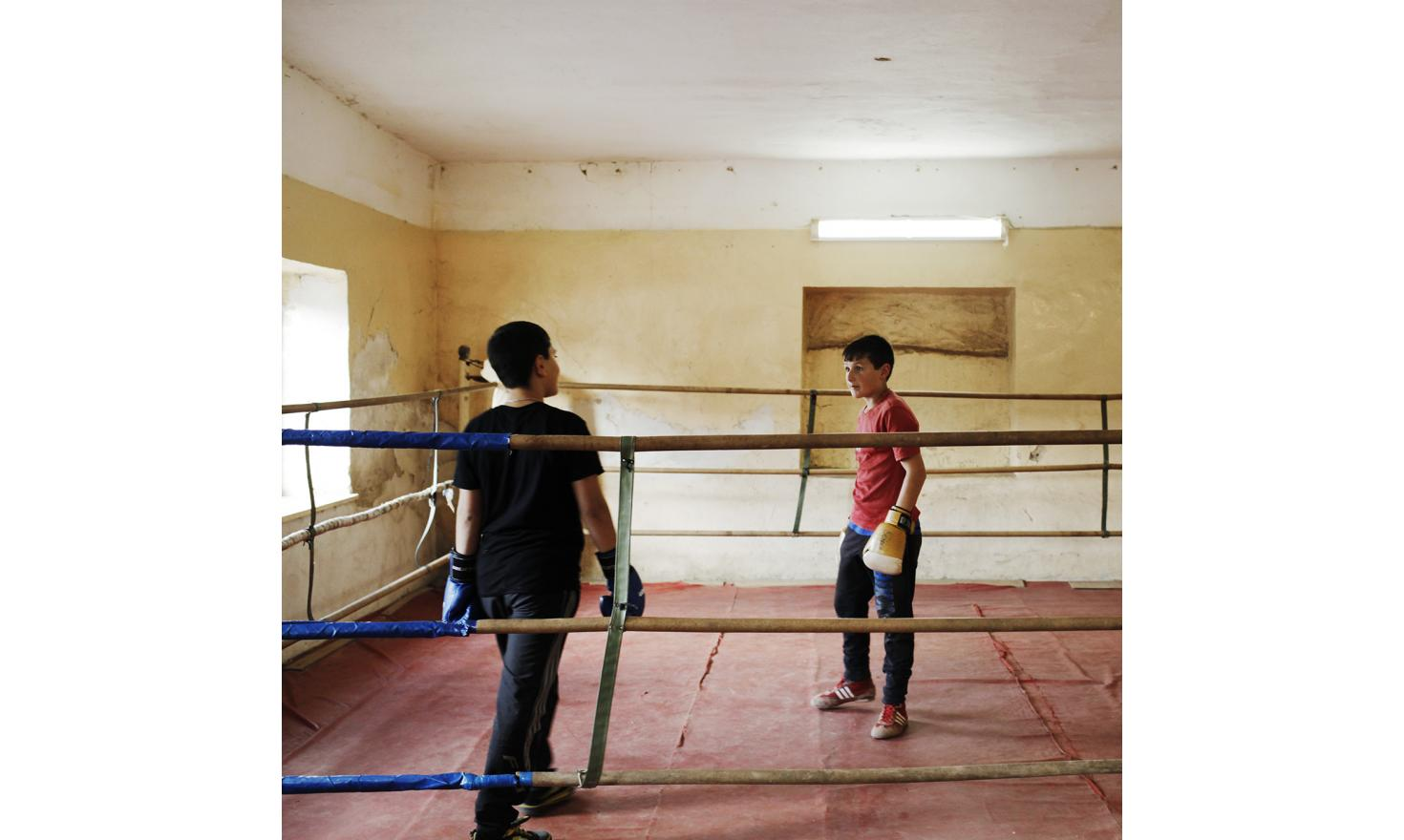 """Boxing lessons. A school teacher explains that in the absence of fathers, boys are feminizing and not stick to the image of the Armenian manly. For the children, his workouts are the opportunity to learn boxing and to be """"educated""""."""