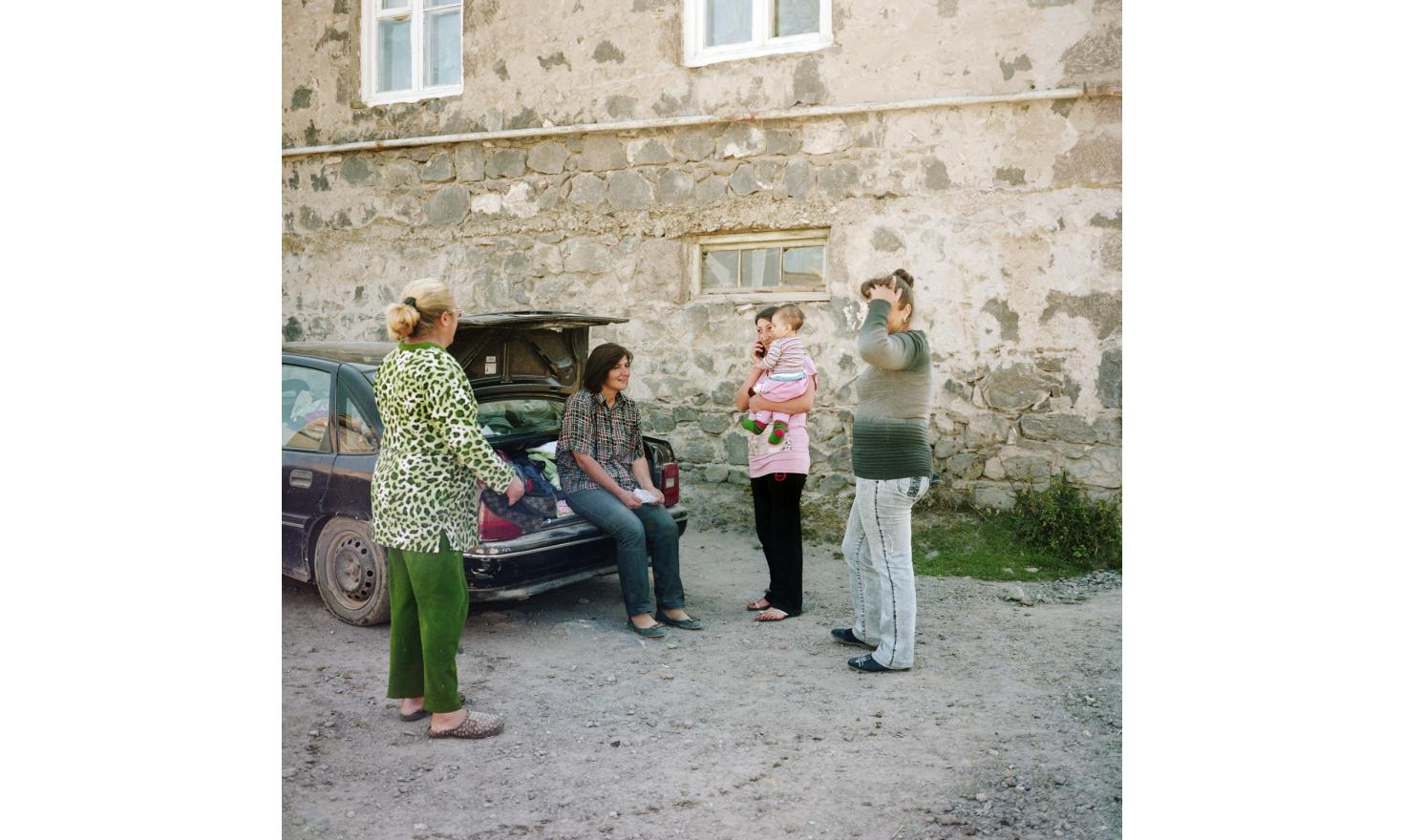An itinerant seller comes regularly with her husband to sell clothes to women of Lichk.