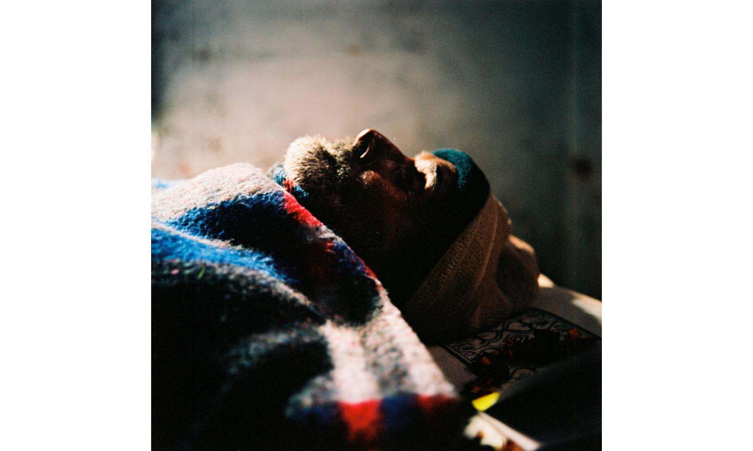 Dying man in the Mukhti Bahwan pension. Here, families bring their dying relatives so that they can have the chance to die in the holy city / Mourant dans la pension Mukhti Bahwan. Ici les familles amènent des proches sur le point de mourir