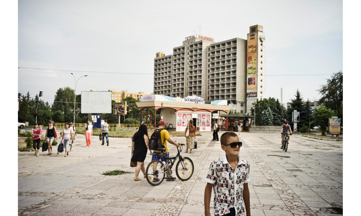 Oujhorod, in a hotel that has been forced to accept the refugees from war zone. The rent costs them 80 euros per month, in a country where the minimum wage is 38 euros. The number of displaced ukrainiens is more than 2 million.