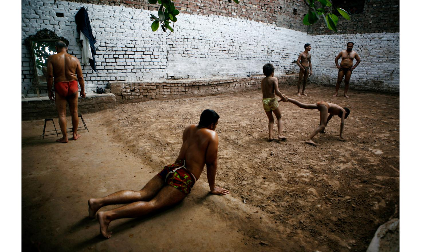 Sufism: Kushti training in an arena of the old city of Lahore. The arena for this struggle are traditionally located on the outskirts of Sufi tombs / Formation Kushti dans une arène de la vieille ville de Lahore.