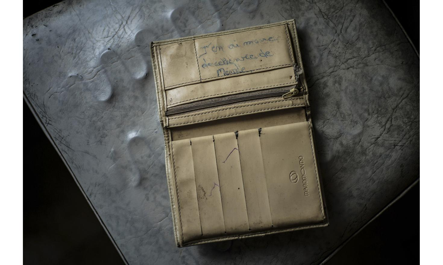 After an afternoon spent at Isabelle's, she throws me her wallet to show me what is written in it. The day after, i learn than her daughter Amandine tried once again to end her life by meds overdose.